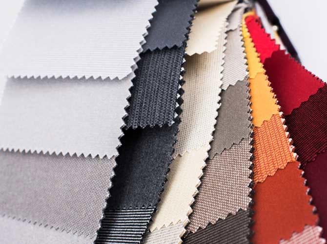 Textilfärgprover i grått, brunt, gult och rött