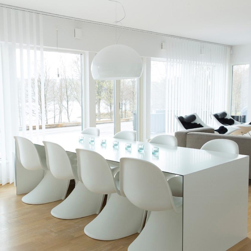 Rum med stora lamellgardiner