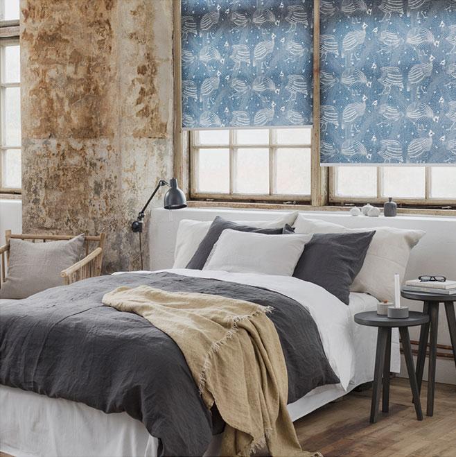 Rullgardiner med mönster av Emma von Brömssen i ett industriellt sovrum